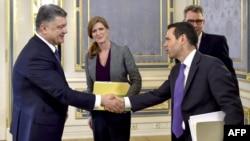 Samantha Power (në mes) dhe presidenti ukrainas, Petro Poroshenko, (majtas) duke u përshëndetur me anëtarët e delegacionit amerikan para fillimit të bisedimeve të djeshme në Kiev