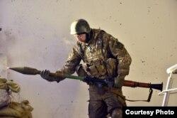 Боєць 74-го розвідбату «Рекс» заряджає гранатомет. Автор – Руслан Боровик