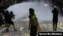 Поліцейські застосували водомети і перцевий спрей проти тисяч демонстрантів