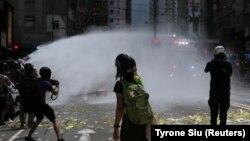 Полиция разгоняет протест водометами. Гонконг, 1 июля 2020 года.