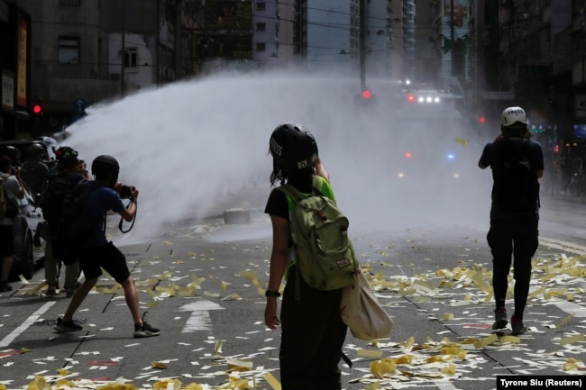 Полиция разгоняет демонстрантов во время акции протеста в годовщину передачи Гонконга Британией Китаю. Гонконг, 1 июля 2019 года