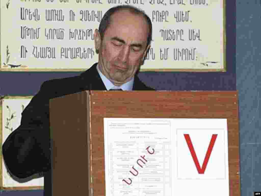 Роберт Кочарян, ки даҳ соли ахир президент буд, Саркисянро табрик гуфт.