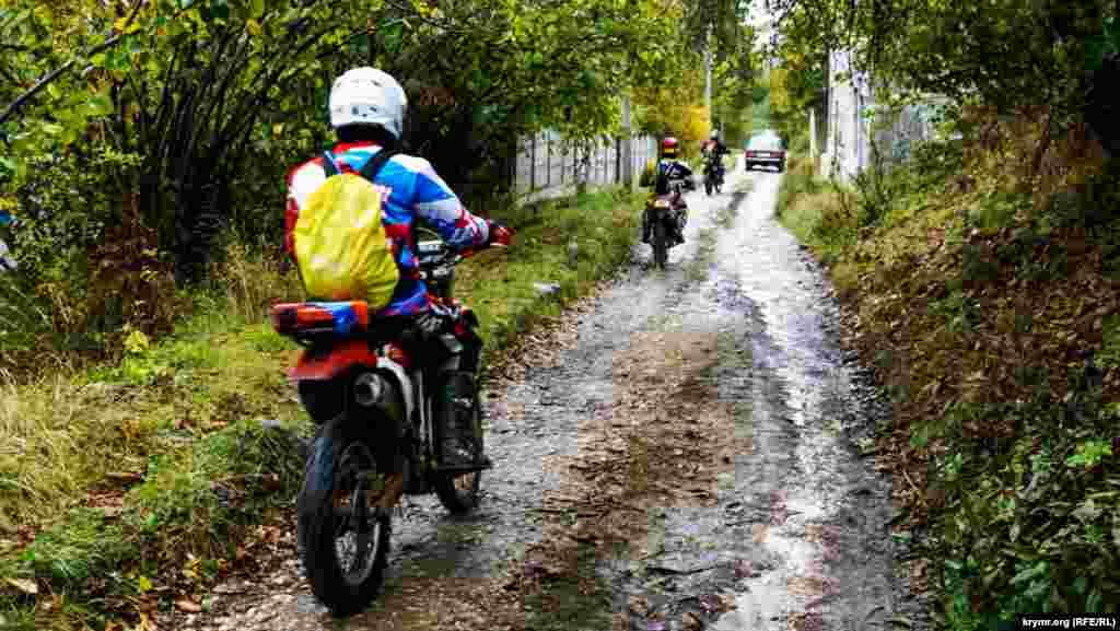 Напевно, людям відразу «вихідні» карти сплутав дощ, який зарядив з ранку і не переставав заливати долину – від Соколиного до селища Куйбишеве – практично до обіду. Негода не завадила здійснити ранкове сходження пересіченою місцевістю хіба що екстремалам-мотоциклістам
