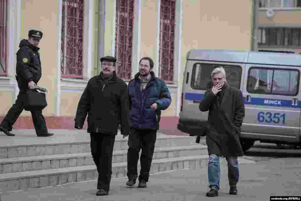 Прадстаўнікі руху салідарнасьці «Разам»Вячаслаў Сіўчык (зьлева) і Ігар Лялькоў (справа), а таксама паплечнік Міколы Статкевіча грамадзкі актывіст Сяргей Спарыш (у цэнтры)