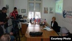 Претседателката на Транспаренси Интернејшнал-Македонија Слаѓана Тасева го презентира извештајот Индекс на перцепција на корупцијата 2012.