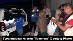 Раздача продуктов на КПВВ «Новотроицкое»