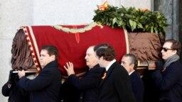 Близки на испанския диктатор Франсиско Франко носят ковчега с тленните му останки след като те бяха ексхумирани от националния мемориал Долината на падналите и отново погребани в семейна гробница извън Мадрид. 24 октомври 2019 година.
