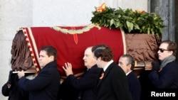"""Роднини на Франко изнасят ковчега му от базиликата в """"Долината на падналите"""""""