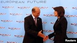 Presidenti i Rumanisë Traian Basescu e përshëndet presidenten e Kosovës Atifete Jahjaga në samitin e shefave të shteteve dhe të qeverive të vendeve pjesëmarrëse në Procesin e Bashkëpunimit në Evropën Juglindore