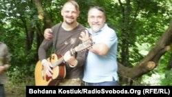 Бард Олексій Бик та письменник Олексій Капранов на Дні Києва, 28 травня 2016 року
