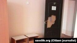 Дверь класса, в котором учатся воспитанники школы-интерната для тубинфицированных детей в Турткульском районе Каракалпакстана.