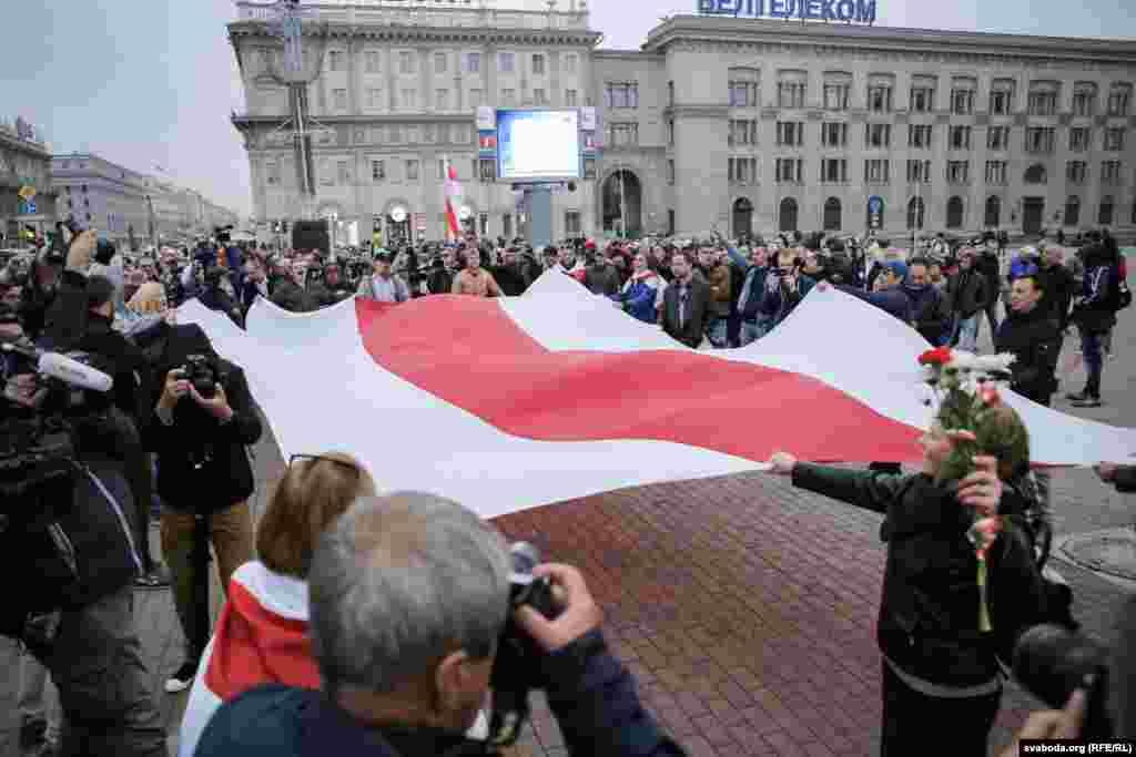 В субботу в 19 часов по местному времени более сотни человек собрались на Октябрьской площади в Минске.