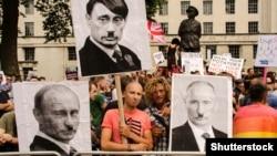Під час акції протесту проти переслідування геїв у Росії, на якій закликали бойкотувати зимову Олімпіаду 2014 року в російському Сочі. Лондон, 10 серпня 2013 року