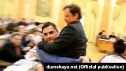 Депутат Дмитро Палпатін виносить депутата Сашу Боровика із зали Одеської міськради