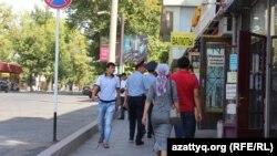 У магазина «Гарант» в городе Шымкенте.
