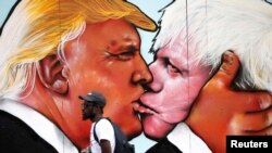 Mural - poljubac Donalda Trampa i Borisa Džonsona, Bristol