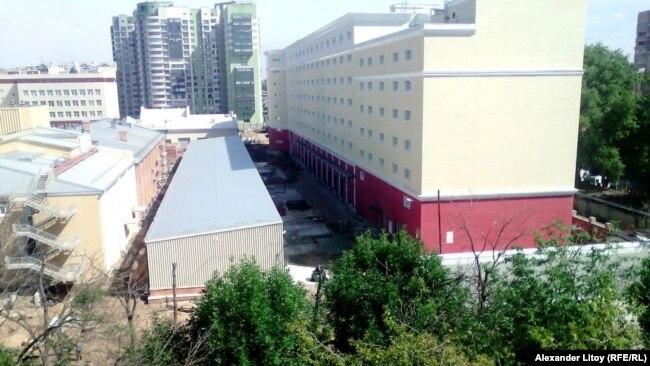 Военный городок и двор жилого дома разделены забором