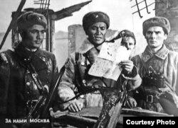 Кадр из фильма. В центре актер Асанбек Умуралиев (Момышулы на фронте).
