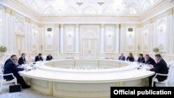 Шавкат Мирзиëев президентликка келганидан бери Тошкентга қатор юқори даражали АҚШ намояндалари сафар қилди.