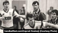 Андрэй Барбашынскі (зьлева) у камандзе СКА (Менск). Фота з сайту handballfast.com, дазвол на выкарыстаньне ад рэдактара Сяргея Новікава