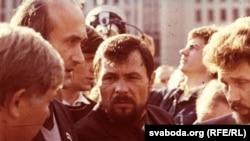 Дэпутаты З. Пазьняк, У. Станкевіч і С. Навумчык на мітынгу перад Домам ураду. 1991 г.
