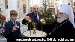 Мітрапаліт Павал і Аляксандар Лукашэнка з сынам у Сьвята-Духавым катэдральным саборы Менску 7 студзеня