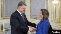 Петро Порошенко і Вікторія Нуланд під час зустрічі в Києві 15 липня 2015 року