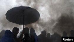 Pamje e sotme e migrantëve duke pritur në Berkasovo në kufirin ndërmjet Serbisë dhe Kroacisë, nëpër mot të ftohtë dhe me shi