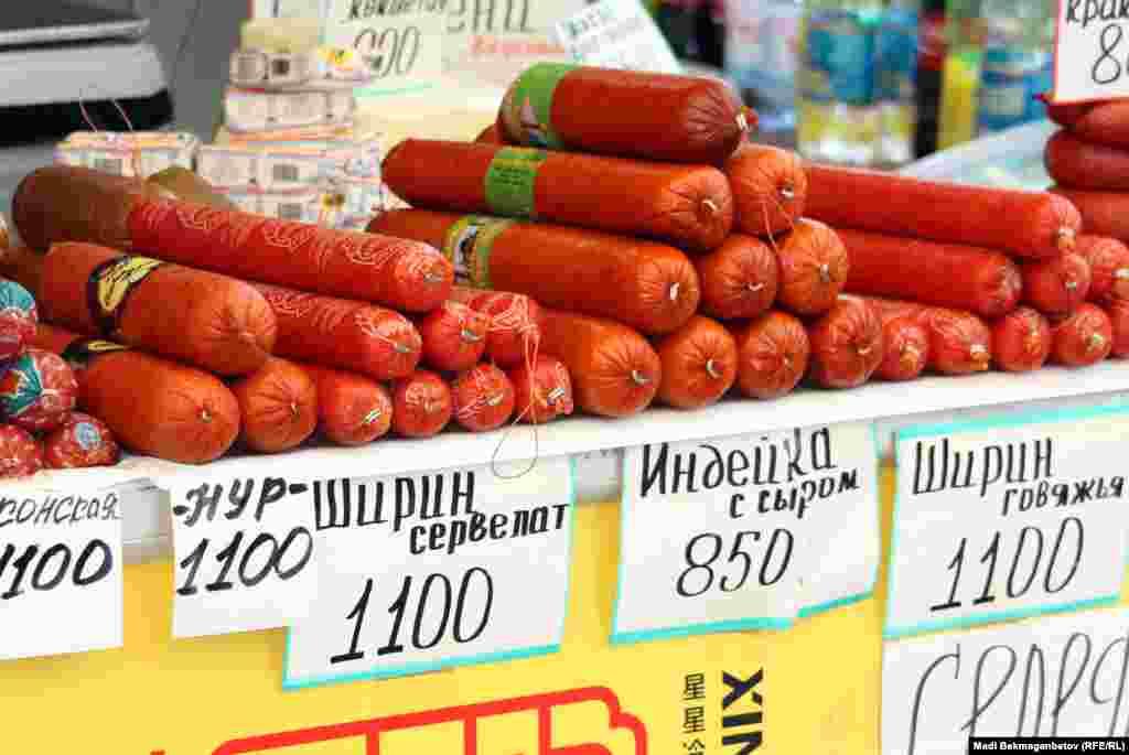 Көк базарда сатылып тұрған колбаса. Алматы, 16 қазан 2012 жыл.