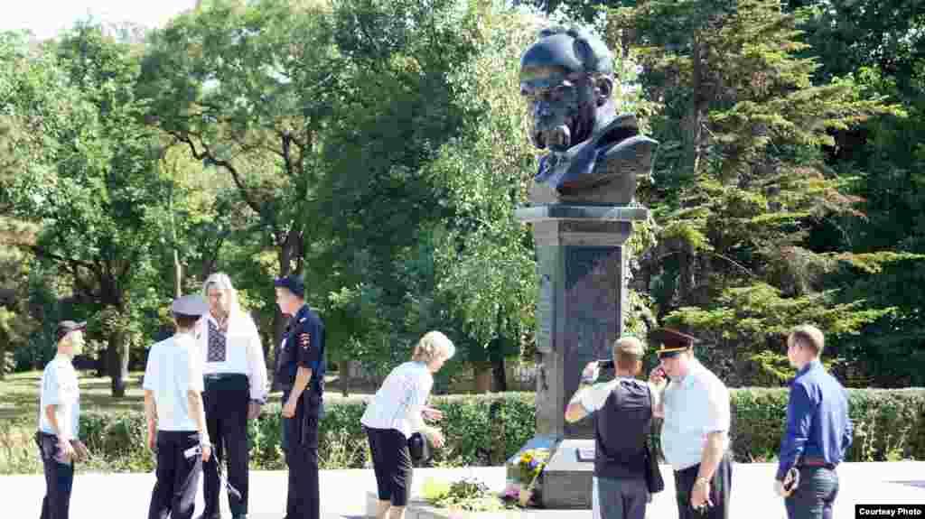 2015 року, через рік після анексії Криму Росією, українські активісти знову зібралися під пам'ятником Шевченка в Сімферополі