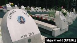 Grobovi mladih ubijenih u masakru na Tuzlanskoj kapiji