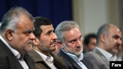 رستم قاسمی (چپ) نشسته در کنار محمود احمدینژاد