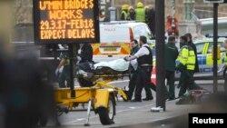 Сотрудники службы экстренной помощи везут пострадавшего с Вестминстерского моста. Лондон, 22 марта 2017 года.