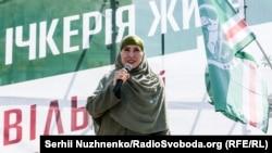 Аміна Окуєва під час акції «Ічкерія живе», Київ, 13 серпня 2017 року