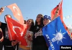 Прихильники прем'єра Туреччини і його Партії справедливості і розвитку (AK Parti) на зустрічі з ним у місті Кайсері, фото 21 червня 2013 року