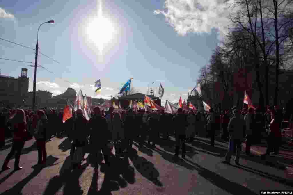 В Москве на Болотной площади около 500 человек приняли участие в митинге националистов, которые призывали власти пересмотреть политику в отношении Кавказа.