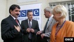 Борис Чочиев (крайний слева) и бывший посол Миссии ОБСЕ в Грузии Терхи Хакала (справа)