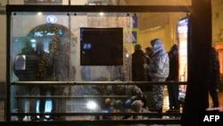 Полицейские осматривают остановку в Москве, где произошел взрыв. 7 декабря 2015 года.