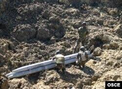 """Militarii moldoveni distrug ultimele 3 rachete """"Uragan"""" din dotarea Armatei Naţionale a Moldovei. Poligonul militar de la Bulboaca, 25 iulie 2006"""