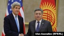 Жон Керри менен Эрлан Абдылдаевдин Бишкектеги жолугушуусу. 31-октябрь, 2015-жыл.