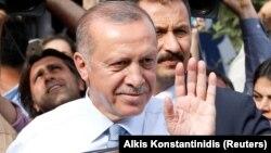 Түркия президенті Режеп Тайып Ердоған Стамбулдағы резиденциясынан шығып бара жатып қолдаушыларына қол бұлғап тұр. 24 маусым 2018 жыл.