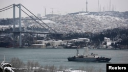 """Выведны расейскі карабель SSV-201 """"Приазовье"""" праплывае праз Басфор на шляху ў Міжземнае мора 19 лютага 2015 году."""