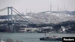 Розвідувальний корабель Чорноморського флоту Росії «SSV-201 Приазов'я» у водах Босфорської протоки на шляху в Середземне море. Лютий 2015 року