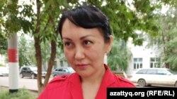 Ираида Ислямгалиева, которую бывший муж обвиняет в «клевете» и оскорблении, у здании суда в Уральске, 9 июня 2020 года.
