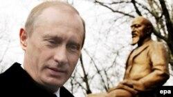 Владимир Путин на церемонии открытия памятника Абаю в Москве 4 апреля 2006 года.