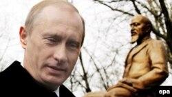 Владимир Путин дар расми ифтитоҳи ҳайкали Абай дар Маскав, 4 апрели соли 2006.