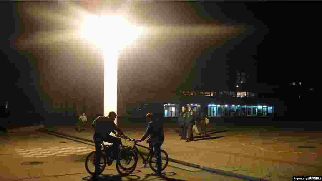 Подразделения МЧС России вместо фонарей установили на центральных площадях Симферополя для освещения города в темное время суток девять световых башен.