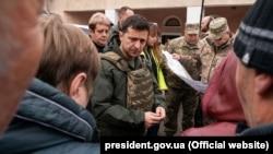 Президент Украины Владимир Зеленский во время посещения Золотого на Луганщине, 26 октября 2019 года