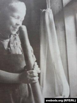 Хлопчык з таўкачом для маку. Случчына, пач. 1960-х гг. Фота Паўла Місько
