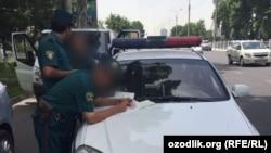 Ўзбек милицияси автомобилни текширмоқда, Ташкент